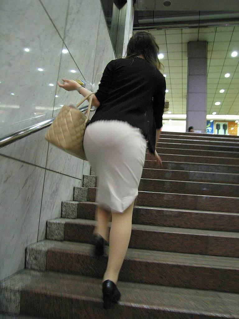 下着が透けちゃった階段での出来事 (16)