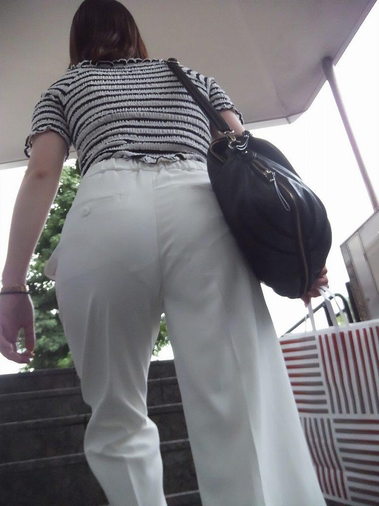 下着が透けちゃった階段での出来事 (17)