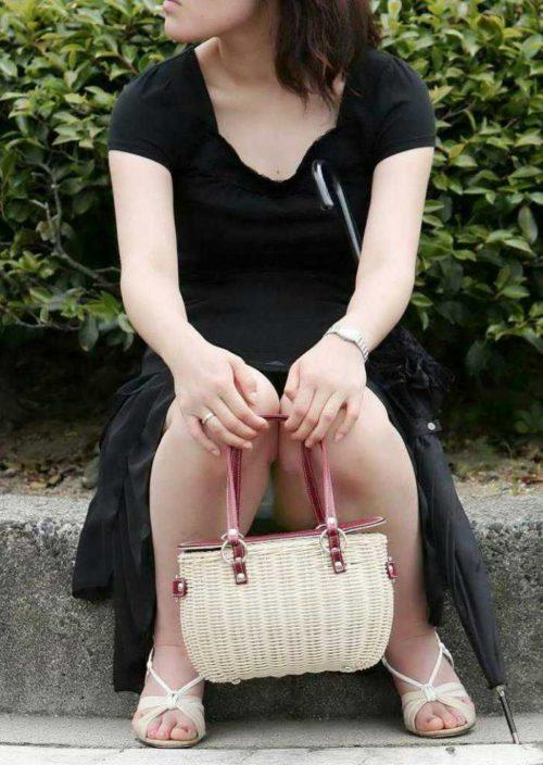 股の隙間からパンツが見えている素人さん (6)