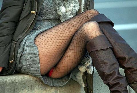 股の隙間からパンツが見えている素人さん (17)