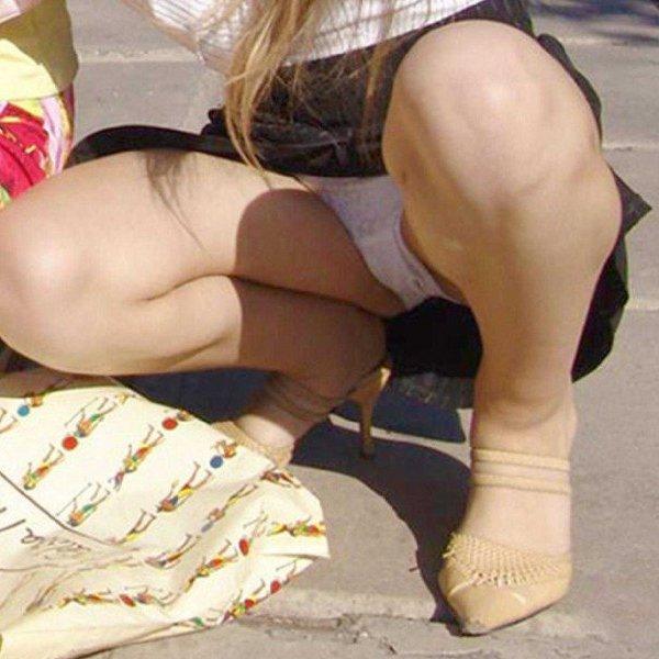 しゃがんだ姿勢がパンツを見られるキッカケに (1)