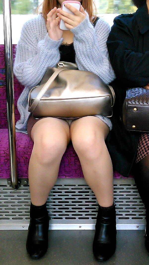 車内でスカートから下着が丸見え (11)