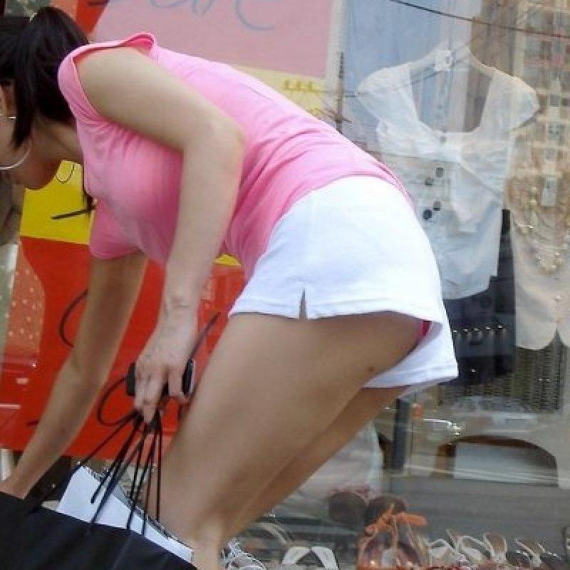 【パンチラエロ画像】ショートパンツの隙間から見える下着ってエロいよねw ほか