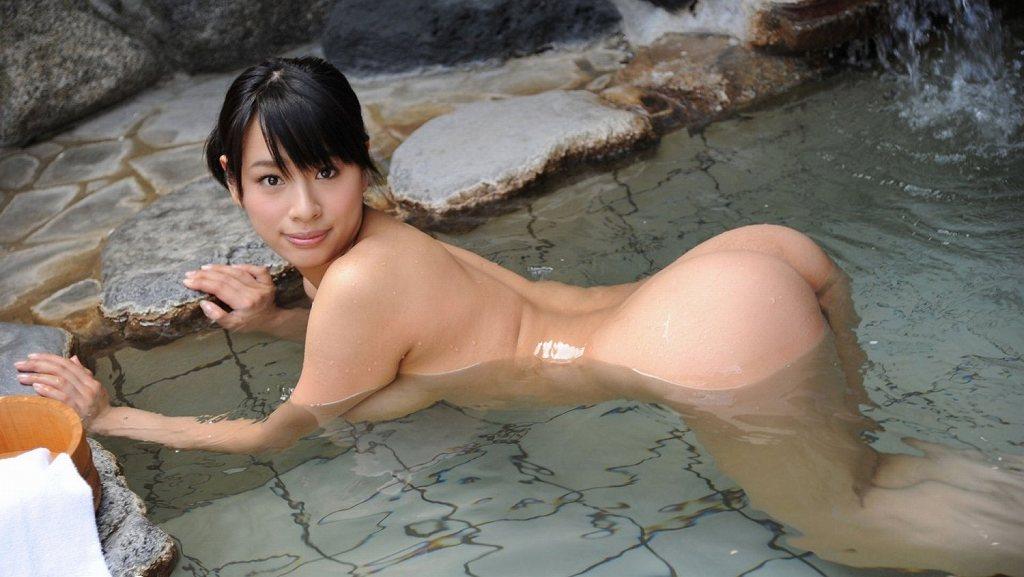 お湯の中から突き出した美尻がセクシー (15)