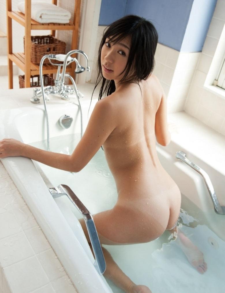 お湯の中から突き出した美尻がセクシー (8)