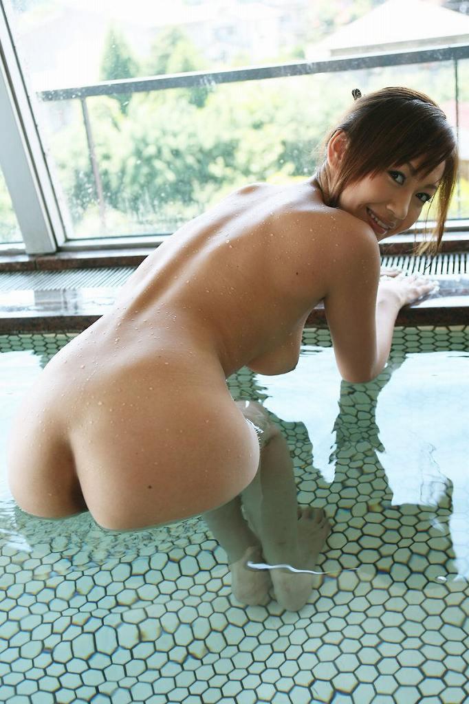 お湯の中から突き出した美尻がセクシー (19)