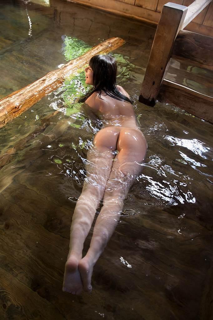 お湯の中から突き出した美尻がセクシー (18)