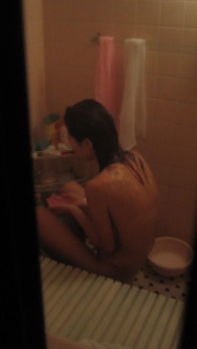 入浴中の全裸女性を覗いちゃった (14)