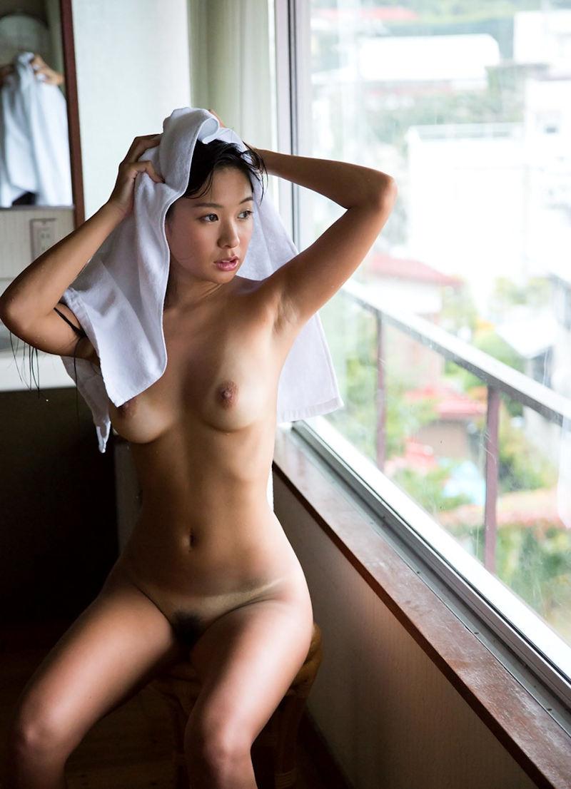風呂上がりなのか素っ裸にタオルという格好 (14)