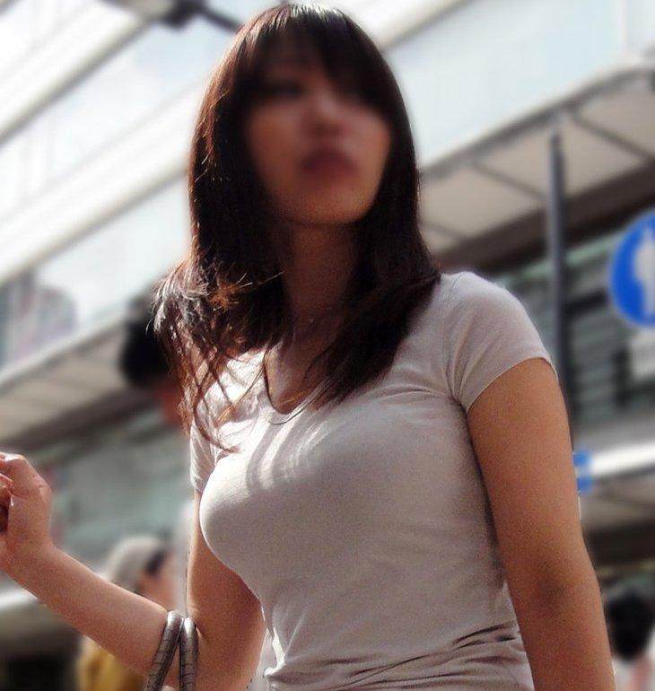 おっぱいがデカくて思わず見ちゃう着衣巨乳の素人女性たちを街撮り