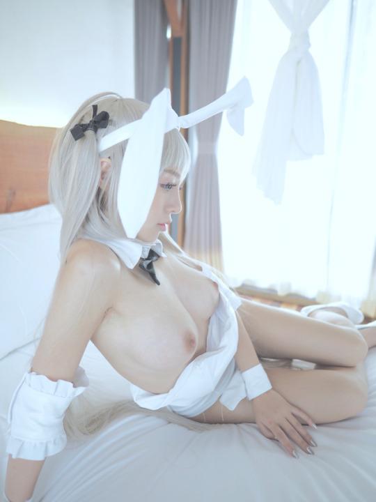 はだけた衣装から乳房や股間を露出 (11)