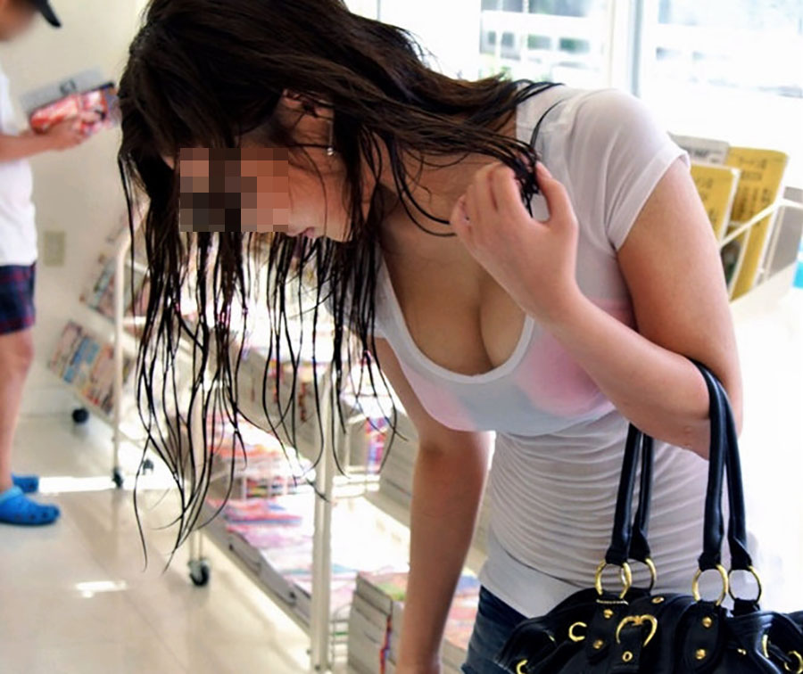 巨乳が思いっきり胸チラしてるエロ画像 (4)