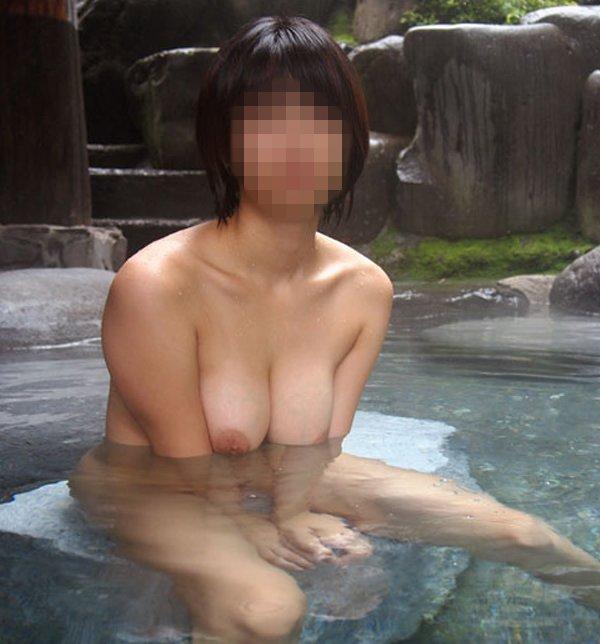 露天風呂で素っ裸のまま撮影しちゃった (1)
