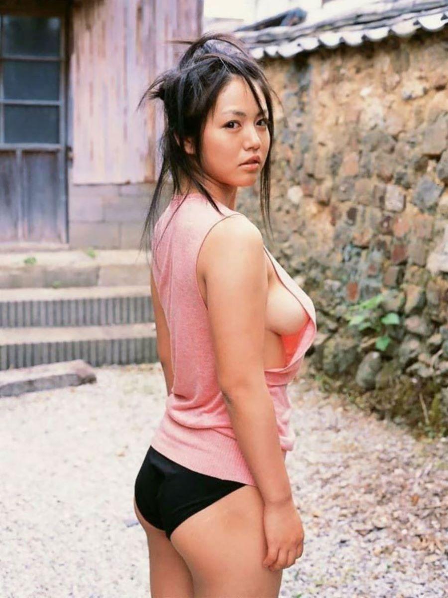女優やグラドルの乳房が見えちゃってる (5)
