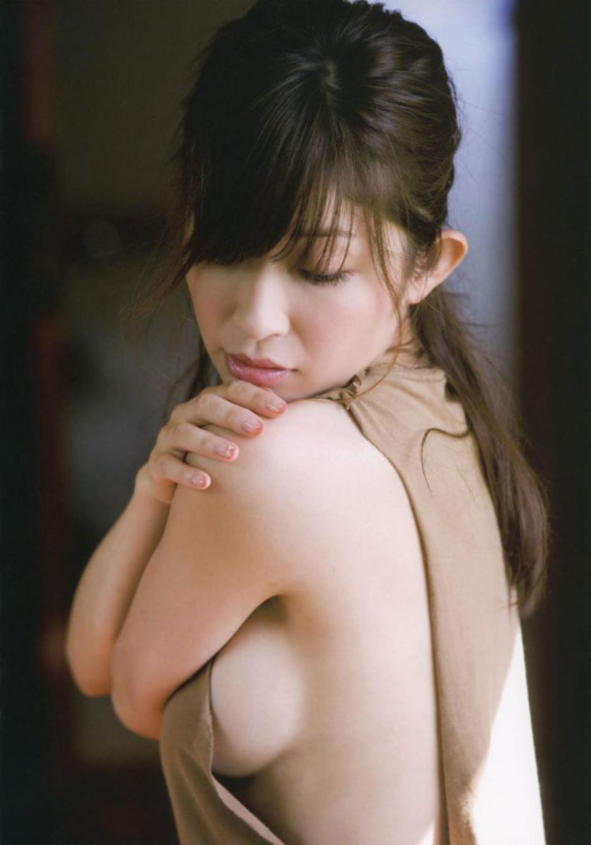 女優やグラドルの乳房が見えちゃってる (18)
