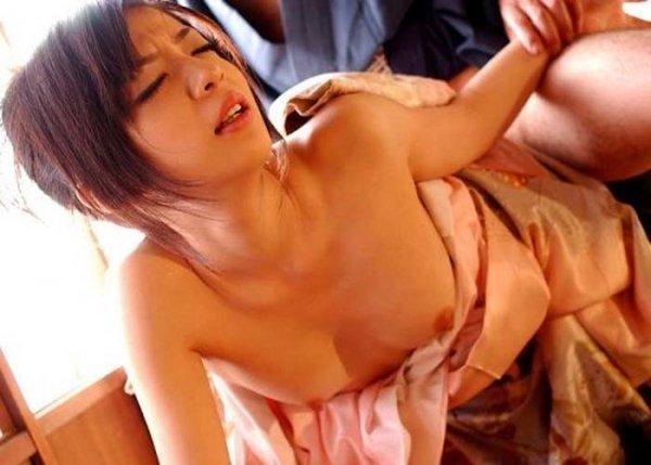 和服を着たままSEXしちゃう女の子 (7)