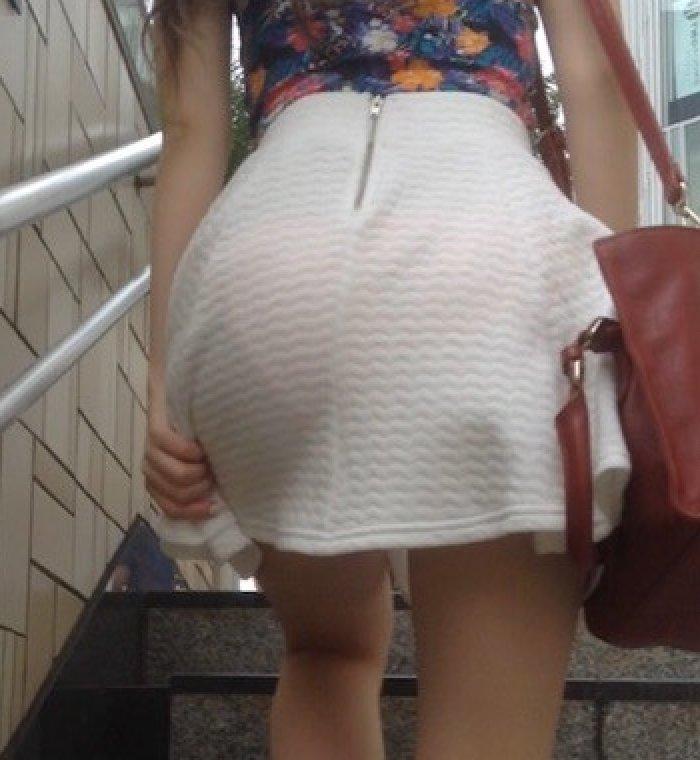 お尻から透けパンしながら街を歩く素人さん (1)