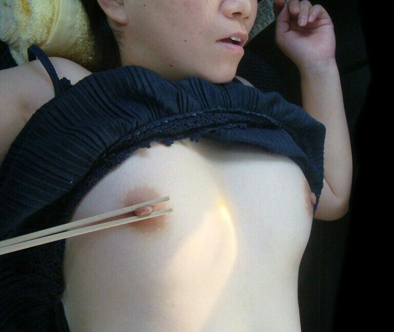 酔っ払って熟睡してる女の子を裸にしちゃう (18)
