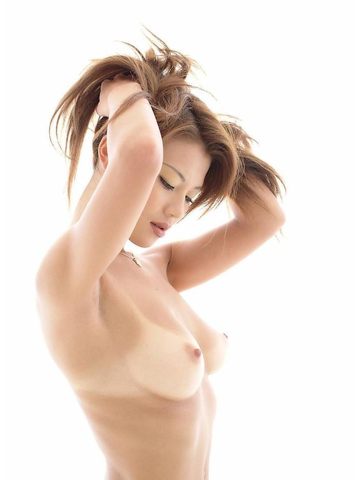 小麦色の日焼け跡もセクシーな全裸女性 (4)