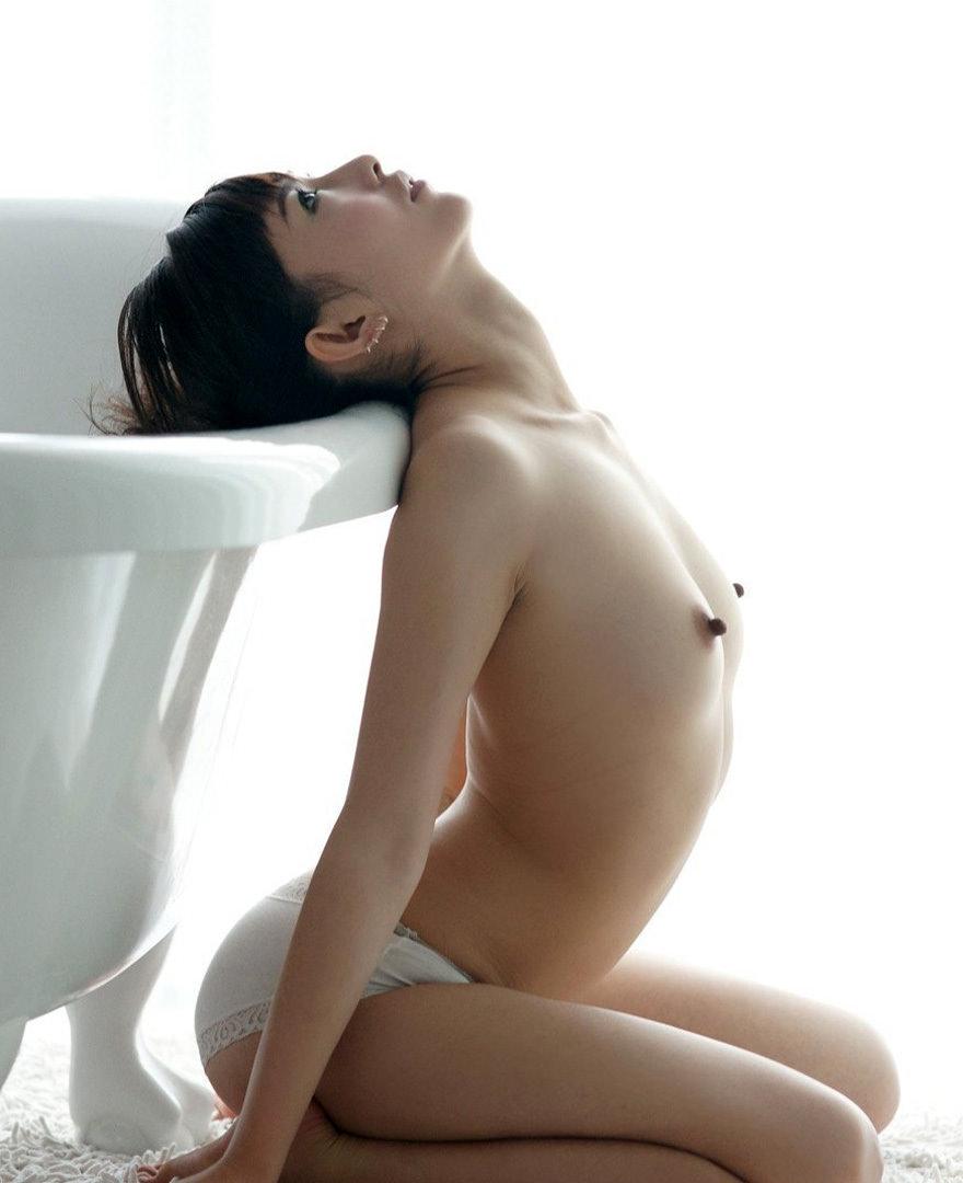 勃起した乳首がエロティックな貧乳娘 (12)