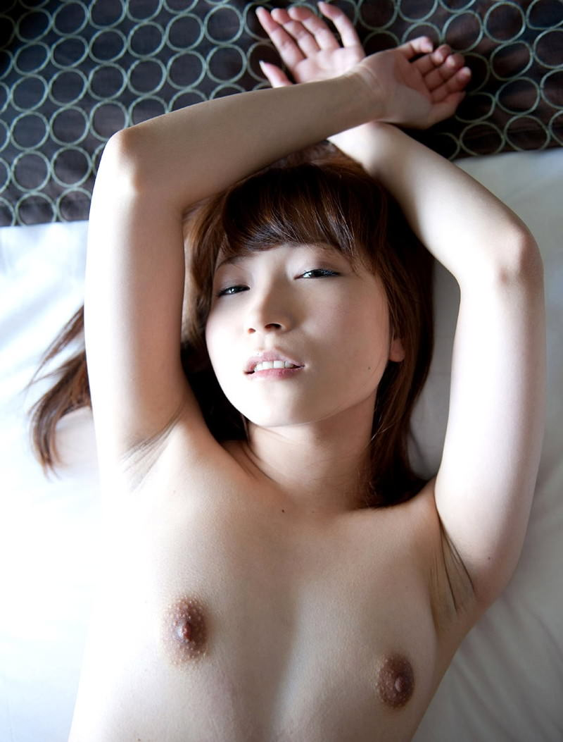 勃起した乳首がエロティックな貧乳娘 (14)