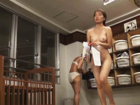 女湯で脱衣中の素人さん (4)