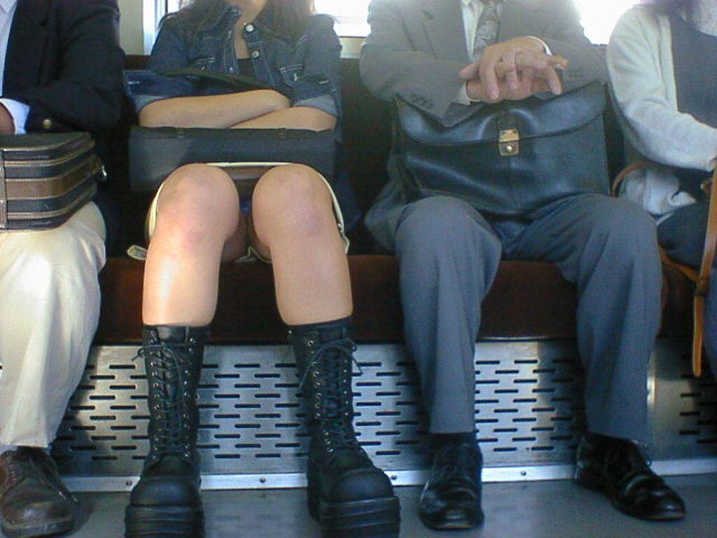 スカートからパンツが思いっきり見えてる (7)