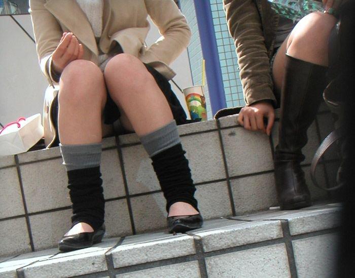 スカートからパンツが思いっきり見えてる (10)