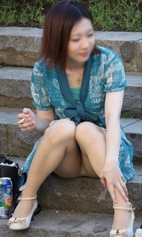 スカートの隙間からパンティがチラチラ (17)