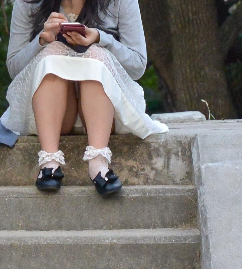 スカートの隙間からパンティがチラチラ (13)