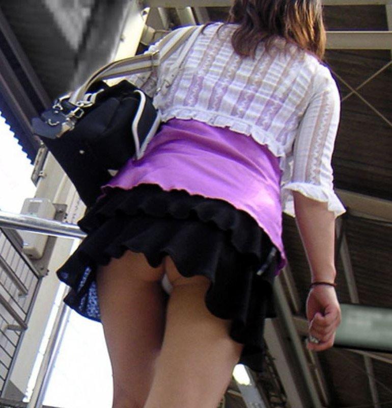 ミニスカートで階段を上ったらパンチラしちゃった (1)