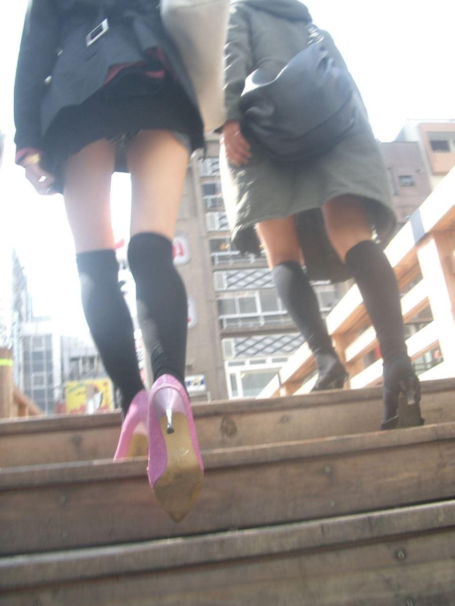 ミニスカートで階段を上ったらパンチラしちゃった (4)