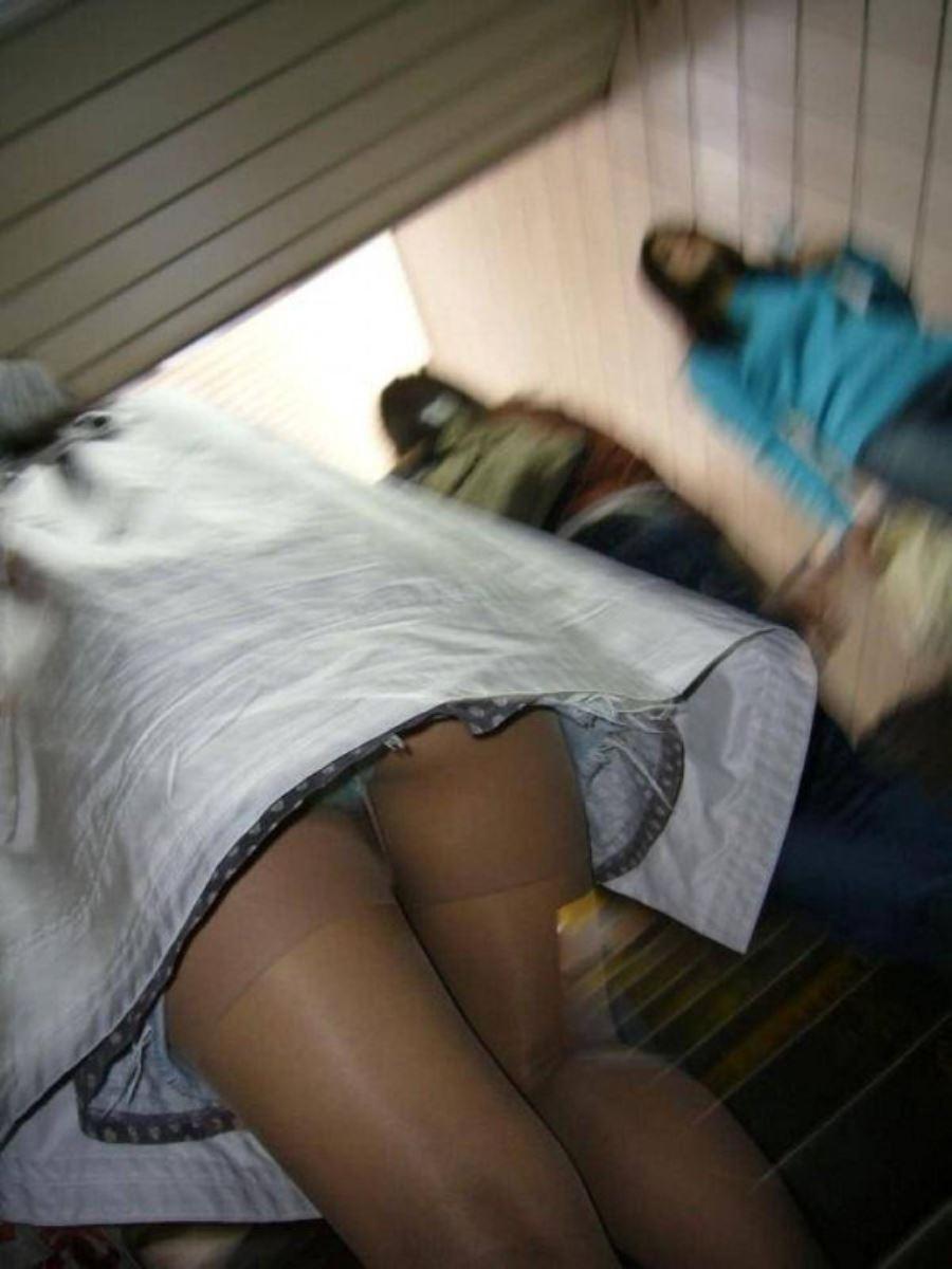 ミニスカートで階段を上ったらパンチラしちゃった (18)