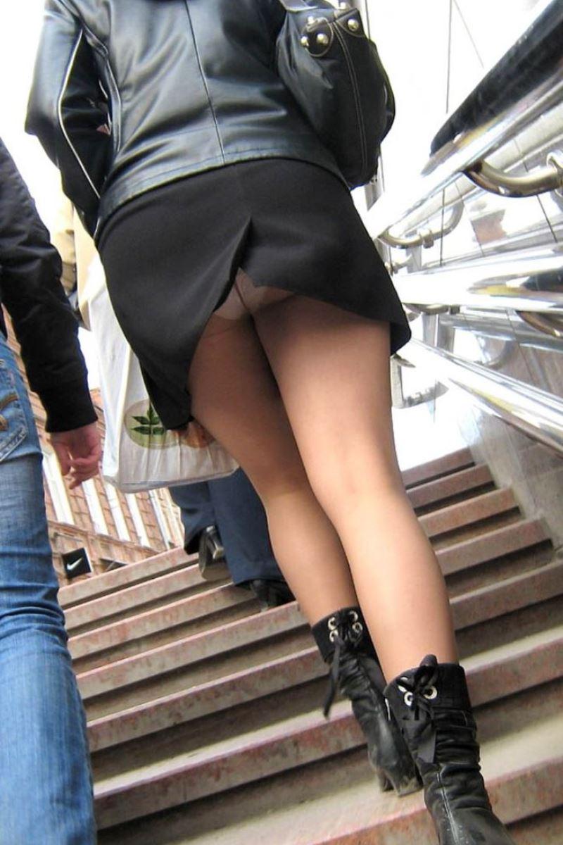 ミニスカートで階段を上ったらパンチラしちゃった (9)