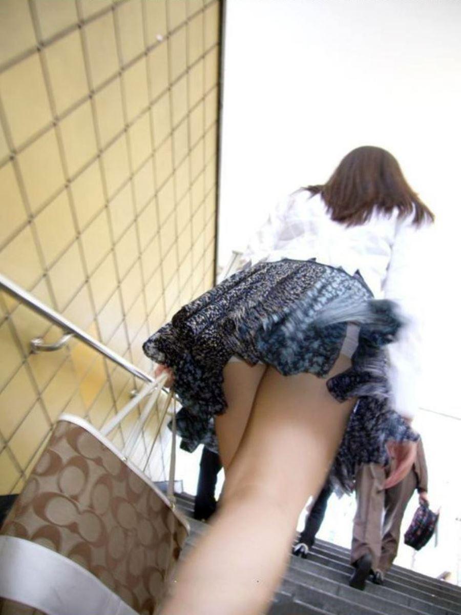 ミニスカートで階段を上ったらパンチラしちゃった (6)