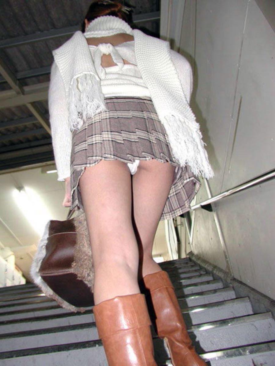 ミニスカートで階段を上ったらパンチラしちゃった (10)