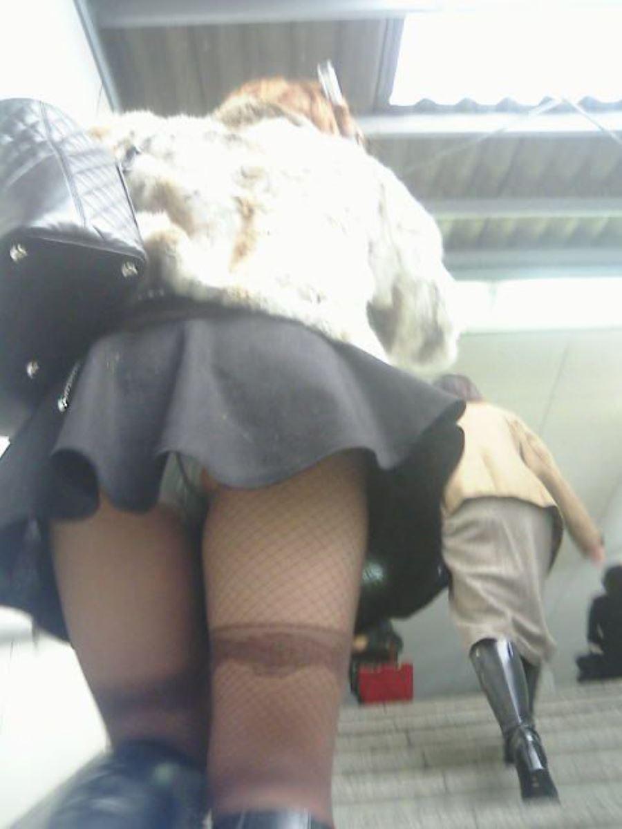 ミニスカートで階段を上ったらパンチラしちゃった (11)