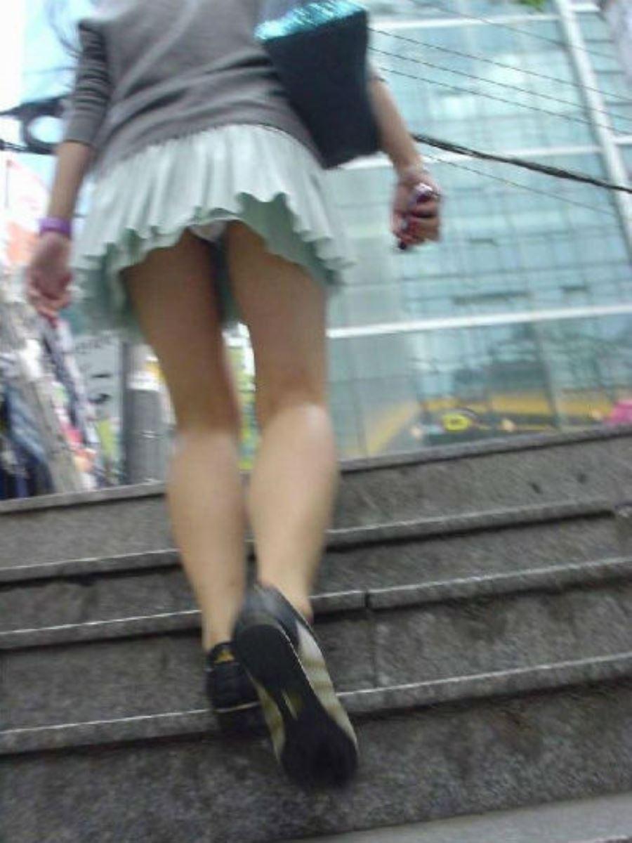 ミニスカートで階段を上ったらパンチラしちゃった (17)
