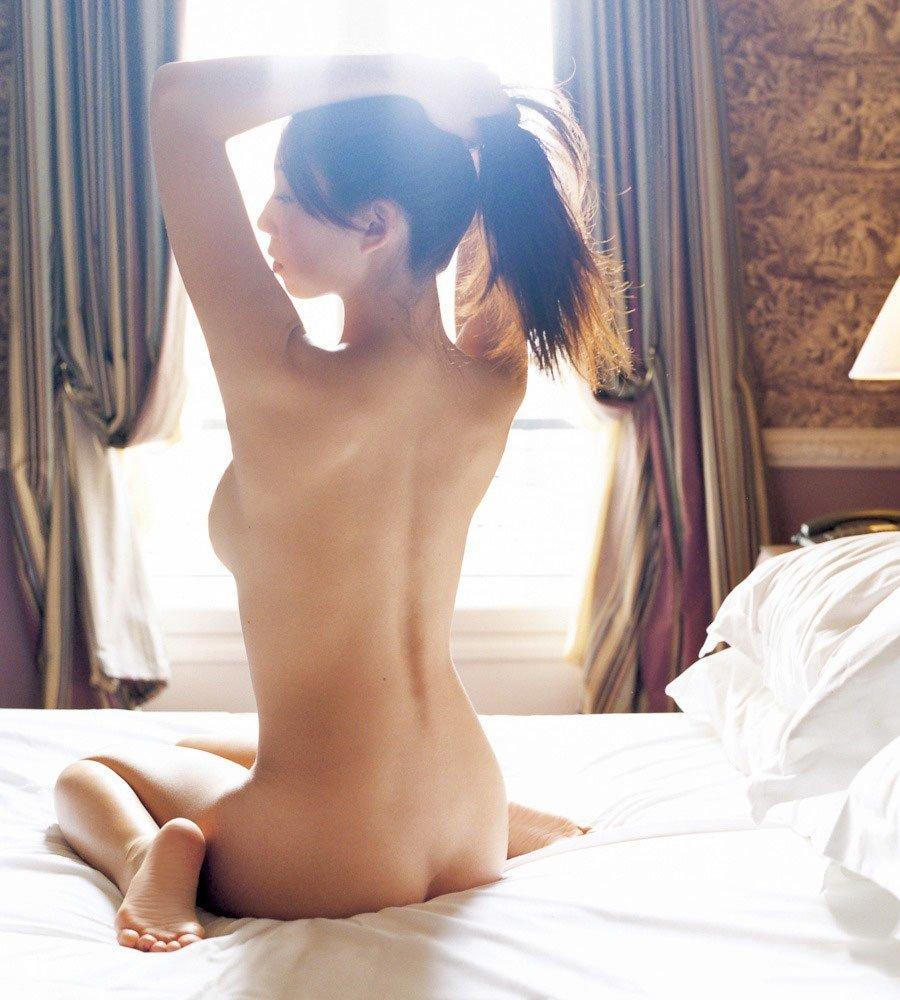 美尻も背中も綺麗なヌード女性 (14)