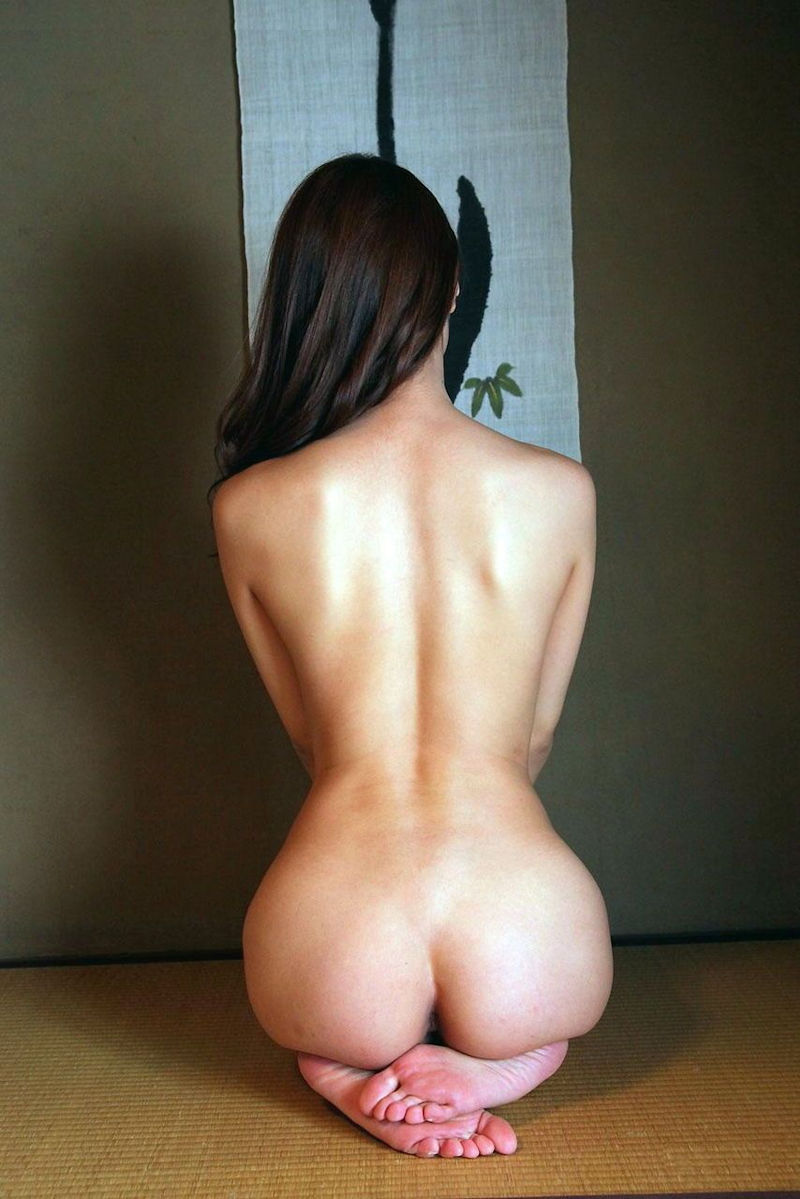 美尻も背中も綺麗なヌード女性 (3)