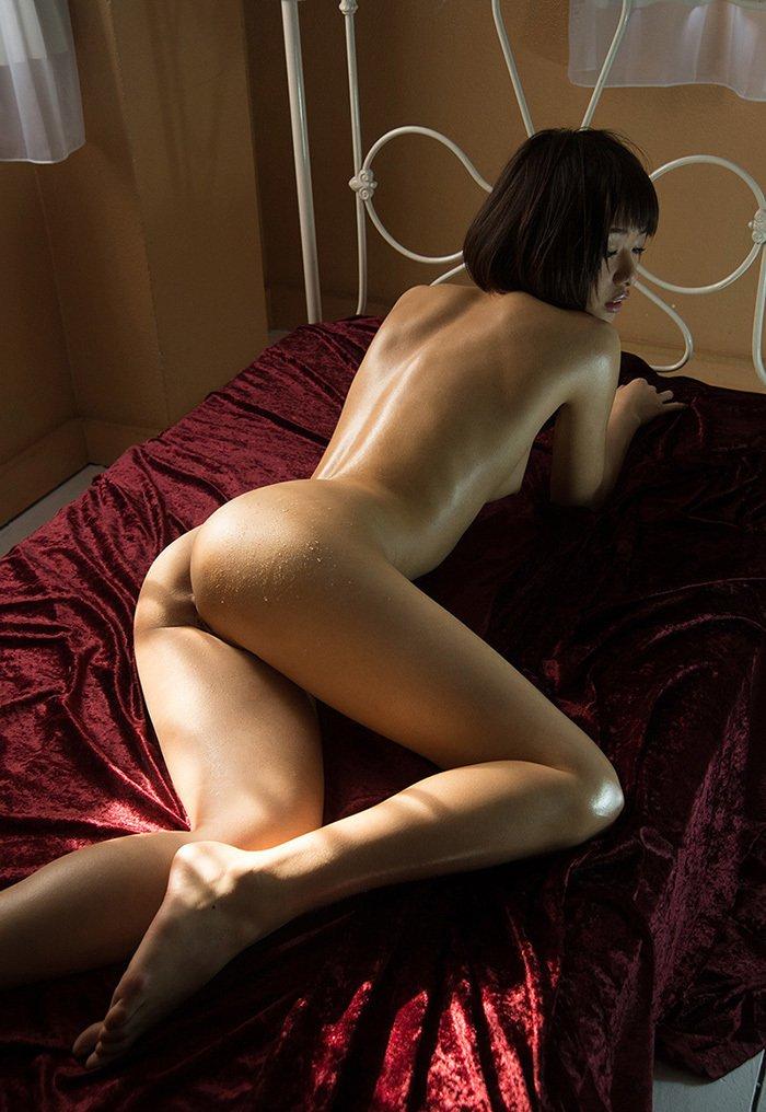 美尻も背中も綺麗なヌード女性 (8)