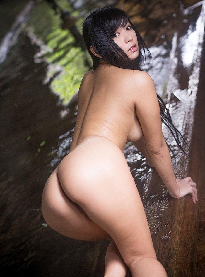 美尻も背中も綺麗なヌード女性 (2)