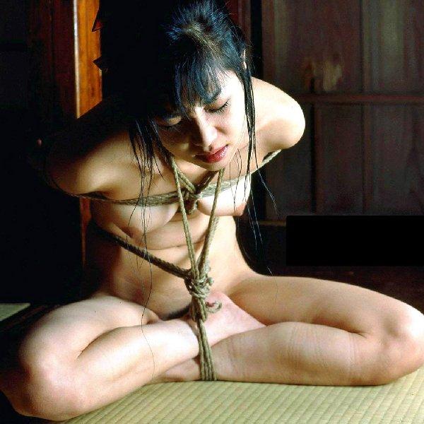 【緊縛エロ画像】裸にされて縄で縛られてる娘たちを陵辱したい