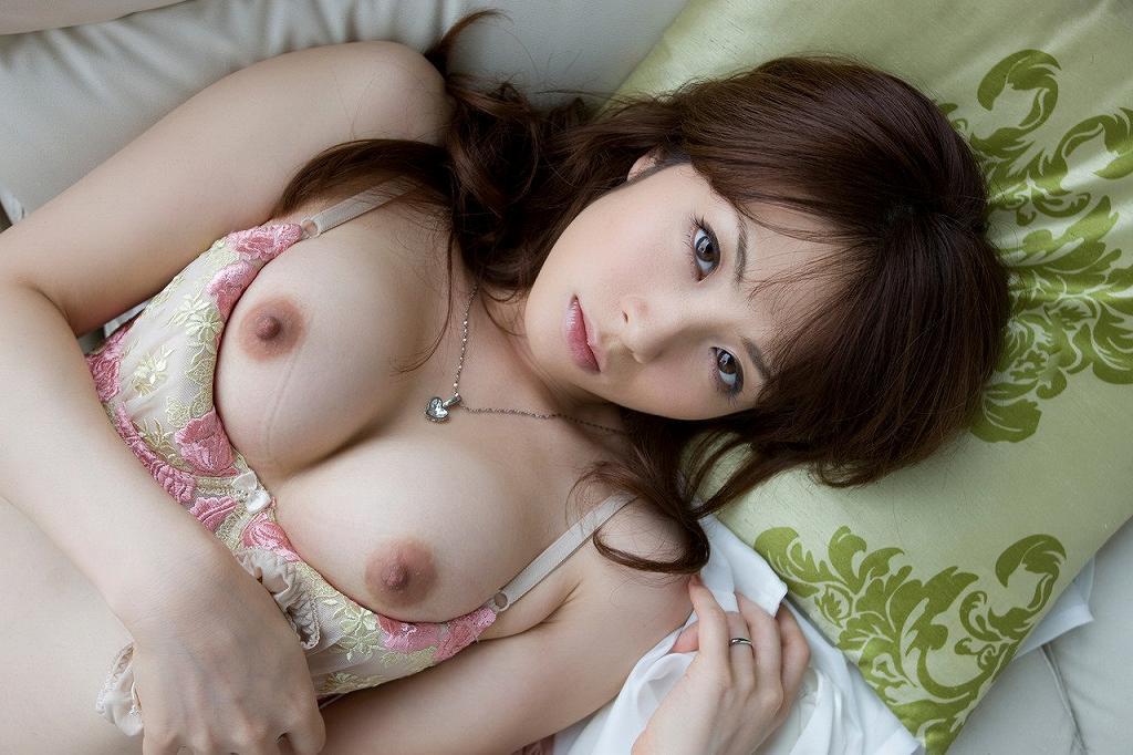ブラジャーの中から露出された美乳がセクシー (14)