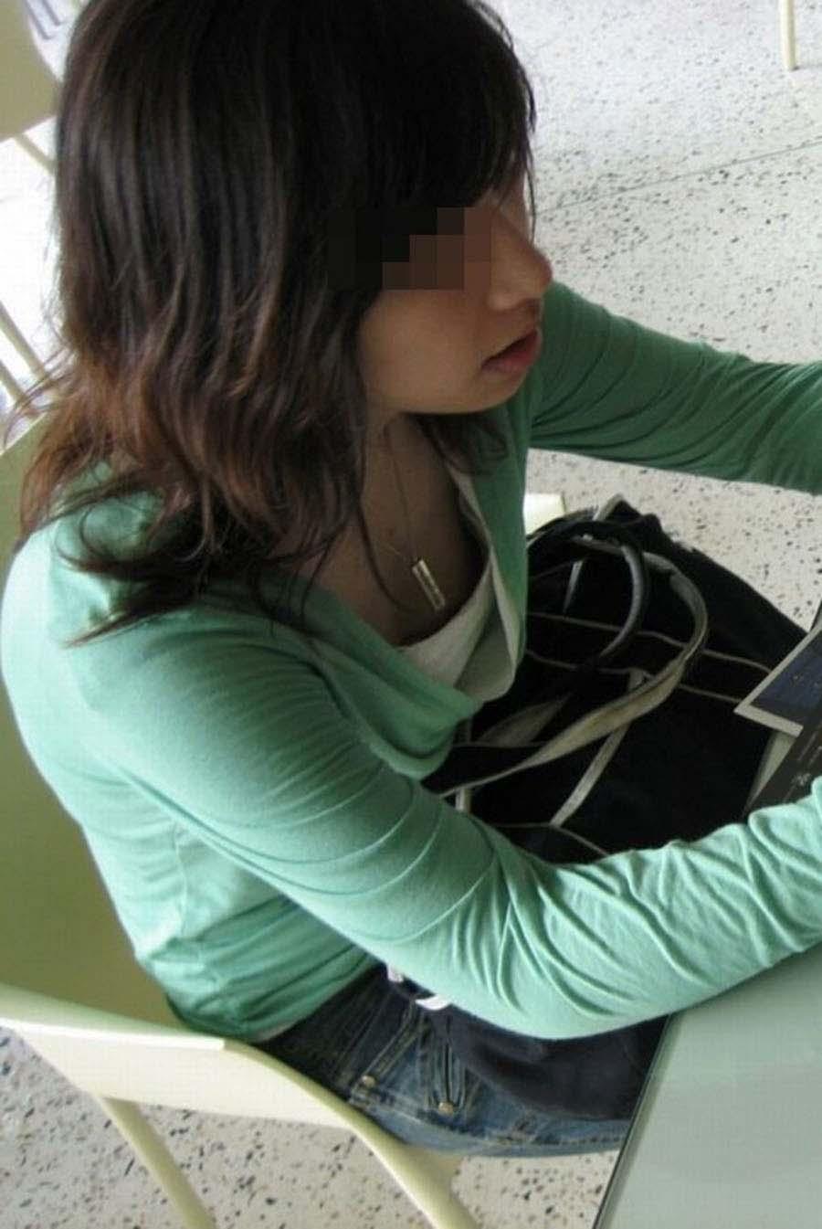 おっぱいの谷間や乳首がチラ見えしてる素人さん (13)