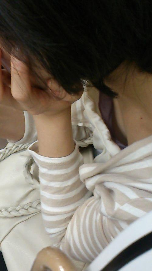 おっぱいの谷間や乳首がチラチラ見えてる画像 (11)