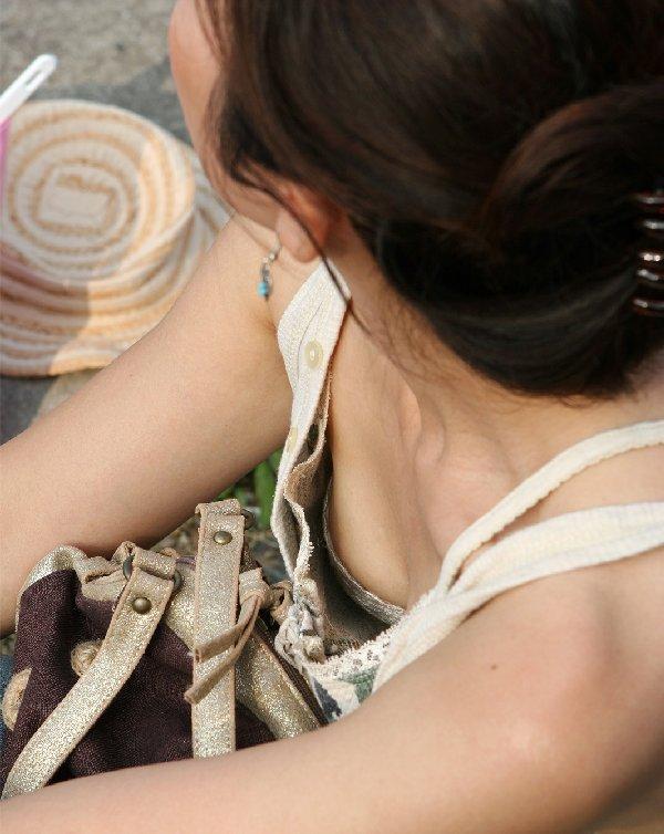 おっぱいの谷間や乳首がチラチラ見えてる画像 (12)