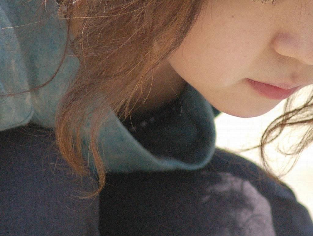 おっぱいの谷間や乳首がチラチラ見えてる画像 (15)