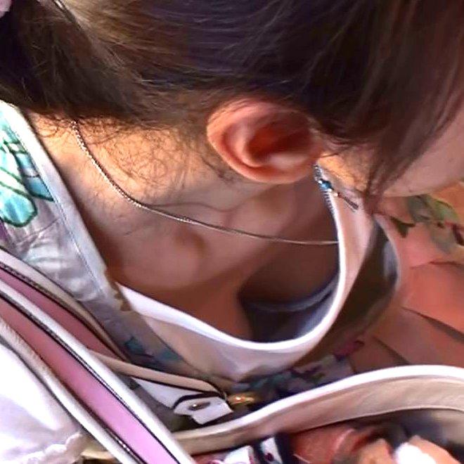 おっぱいの谷間や乳首がチラチラ見えてる画像 (1)