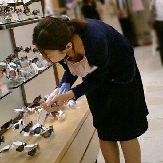 店員たちが胸チラしてる街撮り画像 (11)